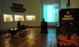 Invasores Arcade Game do espaço, entretenimento retro, objetos do vintage Imagens de Stock