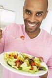 invecchiato mangiando l'insalata della metà dell'uomo Fotografie Stock Libere da Diritti