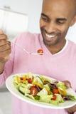 invecchiato mangiando l'insalata sana della metà dell'uomo Immagini Stock