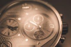 Invecklad klockaframsida med åtskilliga visartavlor Arkivbild