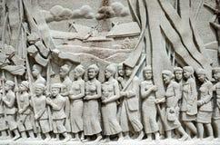 Invecklad thailändsk snida väggmålning - Thailand historia Arkivbilder