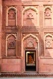 Invecklade carvings dekorerar det Agra fortet i Agra, Indien