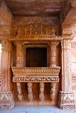Invecklade carvings och härliga gränsmodeller som inristas på en balkong i Adalaj ni Vav, Adalaj Stepwell, Ahmedabad Royaltyfri Foto