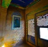 Invecklade carvings, tegelplattor, mosaiker, och snöra åt-som fönstercarvings i den Bundi slotten arkivfoto