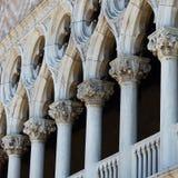 Invecklade detaljer i Venedig Arkivbild