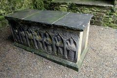 Invecklade gravyrer av sarkofaget, vaggar av Cashel, Irland, Oktober, 2014 Royaltyfri Fotografi