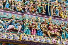 Invecklade hinduiska konst- och gudcarvings på fasaden royaltyfri fotografi