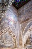 Invecklade islamiska carvings i Alhambra Palace, Granada Arkivbilder