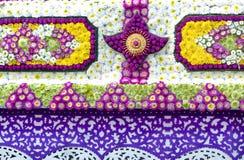 invecklade modeller av blommor, frö och papercutkonst på en blom- flöte royaltyfria foton