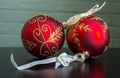 Invecklade röda och guld- julbollprydnader royaltyfria foton