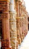 Invecklade stencarvings på klosterkolonnerna på den Quwwat ul-islam moskén Arkivbilder