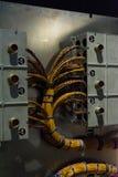 Invecklade trådar som förbinder två paneler guld- blåa Zipties Royaltyfri Foto