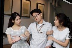 Invecklat förhållande mellan tre personer Begrepp för förälskelsetriangel royaltyfri bild