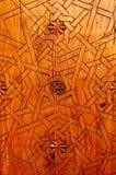 Invecklat geometriskt träsnida i moorishhus arkivbild