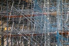 Invecklat material till byggnadsställning som består av många poler och stöttor inom en historisk byggnad arkivbilder
