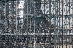 Invecklat material till byggnadsställning som består av många poler och stöttor inom en historisk byggnad royaltyfri fotografi