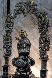 Invecklat silverkulturföremål som visar Mary som rymmer korset arkivbilder