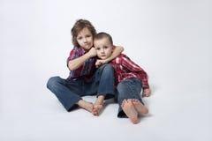 invecklat ståendeförhållande för bröder arkivfoton