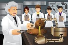 Invenção do professor Presenting His Experiment Fotografia de Stock Royalty Free