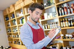 Inventário fazendo masculino novo considerável na loja de bebidas imagens de stock royalty free