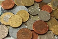 Inventa o fundo moeda do metal Dinheiro do fundo diferente dos condados Fundo da finança e da riqueza foto de stock