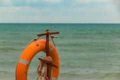 Inventaire des sauveteurs sur la plage Lifebuoy sur la plage photos stock