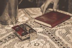 Inventar für Taufe in der orthodoxen Kirche stockbilder