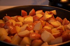 Inventare alcune patate per la cena fotografie stock