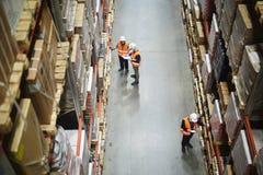 Inventario dei lavoratori del magazzino fotografia stock libera da diritti