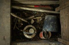 Inventario y utensilios para el jardín almacenado en el sótano Imagen de archivo