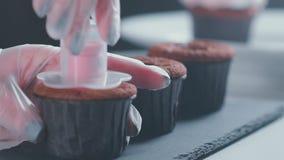 Inventarisgebakje voor cakes en cupcakes Voeg het vullen toe stock videobeelden