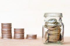 Invente na escala de vidro do polo do andthree das moedas em vagabundos borrados vintage Imagens de Stock Royalty Free