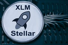 Invente o cryptocurrency estelar no fundo dos fios e dos circuitos XLM foto de stock