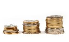 Invente o dinheiro nas pilhas isoladas Fotografia de Stock