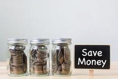 Inventez dans le pot trois avec le conseil noir, le concept épargnent l'argent ou l'investissent Photo stock