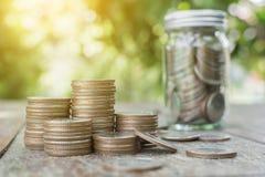 Inventez la pile avec le pot, en enregistrant l'argent et le concept d'investissement Photo stock
