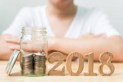 Inventez la pile dans le pot avec le numéro en bois 2018 ans, sauvez l'argent et l'inv Images stock