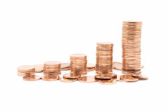 Inventez, la pile en bronze de pièce de monnaie sur le fond blanc Images libres de droits