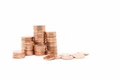 Inventez, la pile en bronze de pièce de monnaie sur le fond blanc Photographie stock libre de droits