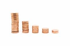 Inventez, la pile en bronze de pièce de monnaie sur le fond blanc Image stock