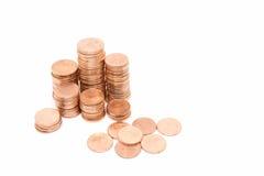 Inventez, la pile en bronze de pièce de monnaie sur le fond blanc Photographie stock