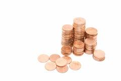 Inventez, la pile en bronze de pièce de monnaie sur le fond blanc Photo stock