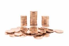 Inventez, la pile en bronze de pièce de monnaie sur le fond blanc Photos stock