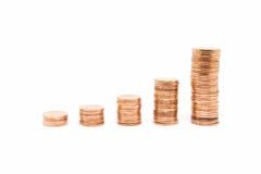 Inventez, la pile en bronze de pièce de monnaie sur le fond blanc Image libre de droits