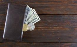 Inventez le bitcoin contre chaotiquement disposé 100 billets d'un dollar Photographie stock libre de droits