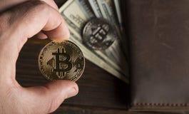 Inventez le bitcoin contre chaotiquement disposé 100 billets d'un dollar Photographie stock