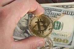 Inventez le bitcoin contre chaotiquement disposé 100 billets d'un dollar Photos stock
