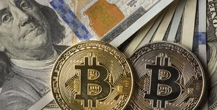 Inventez le bitcoin contre chaotiquement disposé 100 billets d'un dollar Photos libres de droits