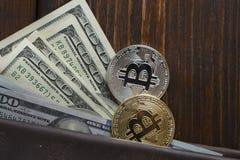 Inventez le bitcoin contre chaotiquement disposé 100 billets d'un dollar Image stock