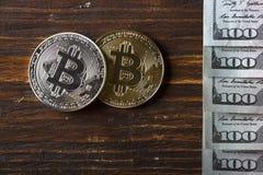 Inventez le bitcoin contre chaotiquement disposé 100 billets d'un dollar Images stock